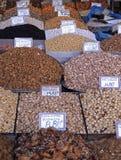 Piles des écrous et des épices colorés à un marché de nourriture images stock