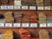 Piles des épices colorées à un marché de nourriture images libres de droits