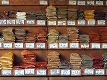 Piles des épices colorées à un marché de nourriture photos libres de droits