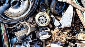 Piles des assortiments et de l'ordure non désirés en métal à vendre Images stock