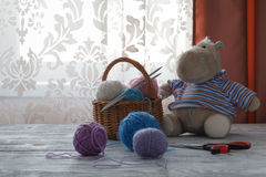 Piles des boules colorées multicolores de la laine dessus avec petit à Photos stock