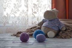 Piles des boules colorées multicolores de la laine dessus avec petit à Images stock