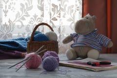 Piles des boules colorées multicolores de la laine dessus avec petit à Photographie stock