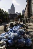 Piles des déchets à New York City Images libres de droits