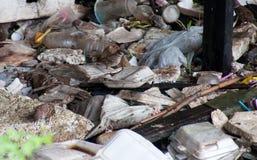 Piles des déchets différents sur une terre Images stock