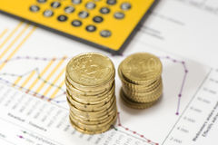 Piles des euro sur des données financières. Photo libre de droits
