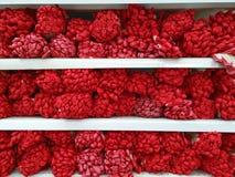 Piles des gants fonctionnants protecteurs Doigts rouges lumineux des gants, comme des groupes de baies rouges Photographie stock libre de droits