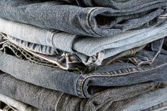Piles des jeans pliés dans la fin image libre de droits