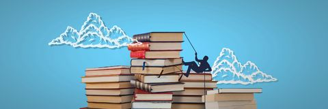 Piles des livres avec la silhouette s'élevante et des nuages sur le fond bleu Images stock
