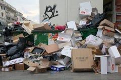 Piles des ordures au centre de Salonique photographie stock