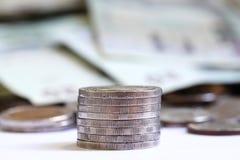 Piles des pièces de monnaie d'isolement sur le fond blanc Photos libres de droits