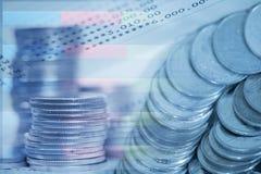Piles des pièces de monnaie et du livre de comptes ou carte de crédit avec g financier photographie stock libre de droits