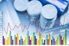 Piles des pièces de monnaie et du livre de comptes ou carte de crédit avec g financier images stock