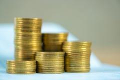 Piles des pièces de monnaie et du livre de comptes ou carte de crédit avec l'espace de copie, image libre de droits