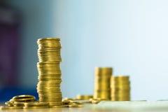 Piles des pièces de monnaie et du livre de comptes ou carte de crédit avec l'espace de copie, photo stock