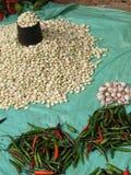Piles des poivrons chauds et des haricots Photos libres de droits
