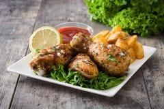 Pilões e microplaquetas de frango assado Fotografia de Stock Royalty Free