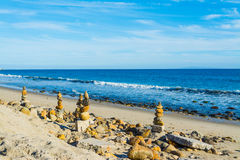 Piles en pierre dans le rivage de Malibu Photos stock