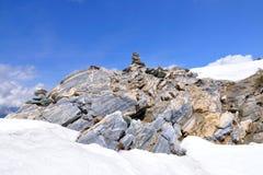 Piles en pierre dans les Alpes, Suisse Photos stock