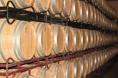 Piles et rangées des barils de vin dans la cave espagnole photos libres de droits