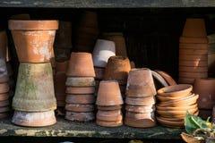Piles rustiques de vintage de pots de fleur de terre cuite Photos libres de droits