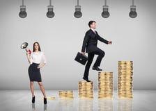 Piles s'élevantes de pièces d'or d'homme d'affaires Image stock
