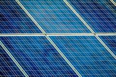 Piles solaires sur le toit photos libres de droits