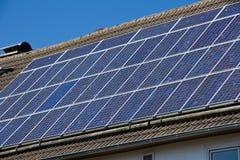 Piles solaires sur un toit Image stock
