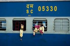 Pilger auf Zug, Indien Stockfoto