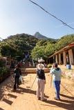 Pilger betrachten die heilige Berg-Adams-Spitze Stockfotos