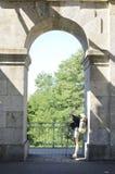 Pilger an der Brücke lizenzfreies stockbild