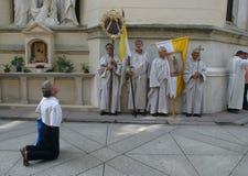 Pilger, der vor einem Kruzifix betet Lizenzfreies Stockfoto