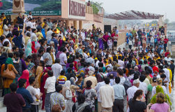 Pilger, die an Pooja teilnehmen Lizenzfreie Stockbilder