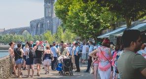 Pilger, die in Richtung zu den wunderbaren Wasserpools von Lourdes vorangehen Stockfotografie