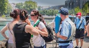 Pilger, die in Richtung zu den wunderbaren Wasserpools von Lourdes vorangehen Lizenzfreie Stockfotografie