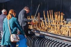 Pilger, die votive Kerzen als Erfüllung von den Versprechen gemacht unserer Dame brennen Lizenzfreie Stockfotos