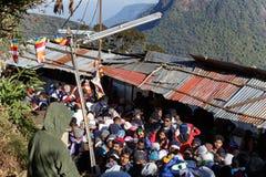Pilger klettern die Spur zur heiligen Berg-Adams-Spitze Stockfotos