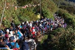 Pilger klettern die Spur zur heiligen Berg-Adams-Spitze Lizenzfreies Stockfoto