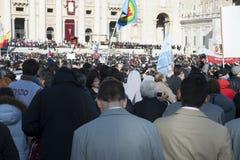 Pilger an Masse Papstes Francis Lizenzfreie Stockfotografie
