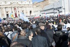Pilger an Masse Papstes Francis Lizenzfreie Stockbilder