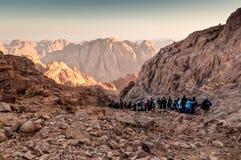 Pilger und Touristen auf der Bahn vom Berg Sinai ragen empor Stockbilder