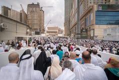 Pilger vor König Abdul Aziz Gate 1, waitin Masjidil Haram Lizenzfreie Stockfotos