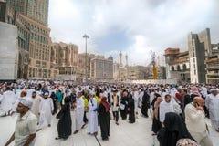 Pilger vor König Abdul Aziz Gate 1, waitin Masjidil Haram Stockfotos