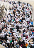 Pilger vor König Abdul Aziz Gate 1, waitin Masjidil Haram Lizenzfreie Stockfotografie