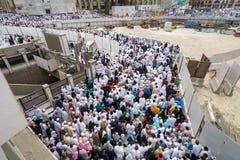 Pilger vor König Abdul Aziz Gate 1, waitin Masjidil Haram Stockbilder