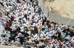 Pilger vor König Abdul Aziz Gate 1, waitin Masjidil Haram Stockbild