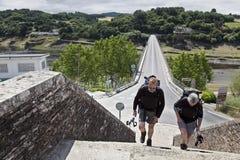Pilgerer, die zu Portomarin ankommen lizenzfreies stockfoto