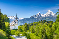 Pilgerfahrtkirche Maria Gern mit schneebedecktem Watzmann Stockfotos