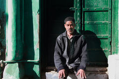 Pilgrim sits outside sufi shrine Dargah Sherif  in Ajmer, Rajasthan Stock Images