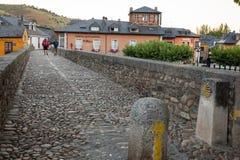 Pilgrimns op de steenbrug langs de manier van St James Royalty-vrije Stock Fotografie